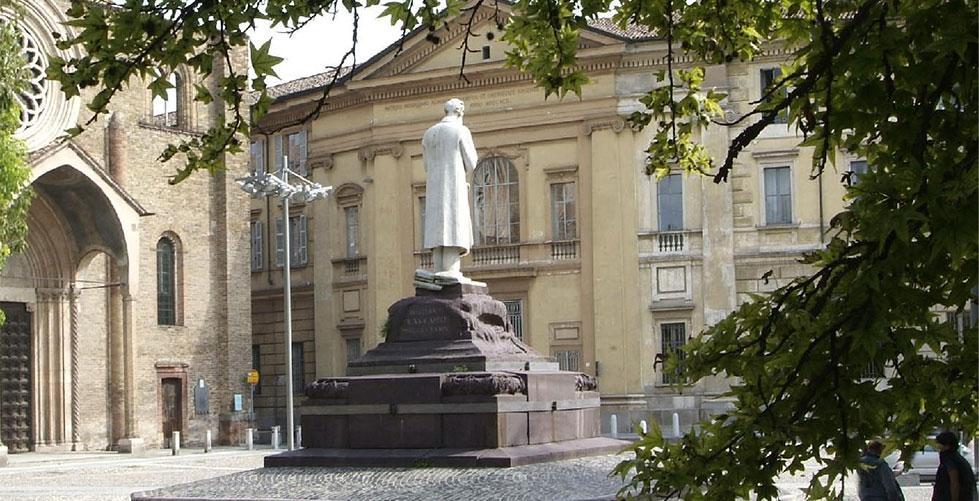 Fig.03 - Uno scorcio di Piazza Ospitale, Lodi. Vista del monumento a Paolo Gorini e della Chiesa di San Francesco.